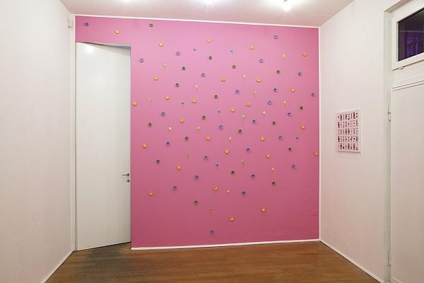 Angelo Formica, Parete rosa, tecnica mista su parete, 2013, Galleria Toselli